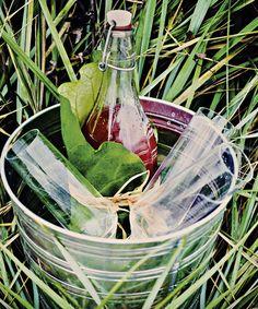 Tee raparperimehusta ihana kesädrinkki. Laita korkeaan lasiin murskattua jäätä, kaada päälle 8 cl raparperijuomaa ja 2 cl vaniljavodkaa.
