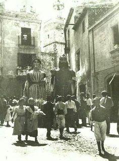 Els gegants de la vila en una foto mes que centenaria.