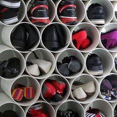 Improvise! Sapatos organizados em canos de PVC  #organização #sapatos #organizesemfrescuras #personalorganizer #diy #façavocêmesmo
