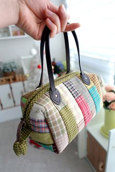 Patchwork Boston Bag. Photo Sewing Tutorial. Step by step DIY.  AHA - how to make those angled seams without a pattern - so simple - I wish I'd thought of it! Wish she'd post how to make those tulip zipper ends :D