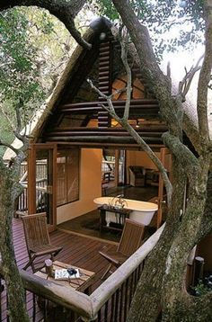 COOL & CHIC - Tree house... Take a bath surrounded by trees...