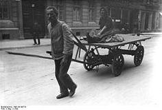 Berlin 1920er Jahre: Ein Lumpensammler und seine Frau auf dem Weg zur Arbeit