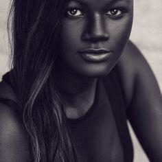 """""""Deusa da Melanina"""" senegalesa conquista a Internet com o seu tom de pele incrivelmente escuro 07"""