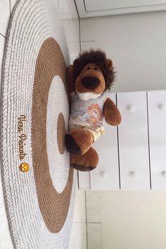 Lindo tapete de crochê, além de decorar leva aconchego para o quartinho do bebê #quartodebebe #quartoinfantil #decoraçãoquartodebebe #tapetedecroche #tapetedecrocheparabebe