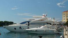 Komfortowe jachty i łodzie motorowe to częsty widok w marinach Adriatyckich miast i miasteczek w Chorwacji. #chorwacja #marina #adriatyk #croatia