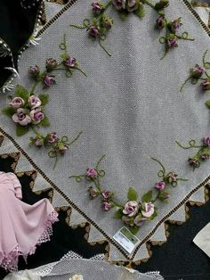 Hand Embroidery Stitches, Ribbon Embroidery, Hand Stitching, Elsa, Brooch, Jewelry, Embroidery Stitches, Pillows, Tablecloths