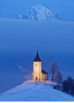 9 Awe-Inspiring Photos of Charming Churches In The Snow The Church of St. Primoz in Slovenia Old Country Churches, Old Churches, Beautiful World, Beautiful Places, Beautiful Pictures, Films Western, Winter Schnee, Church Pictures, Family Pictures