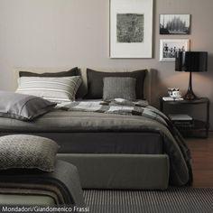 Eine Auswahl an Textilien aus einer Palette von Naturtönen, die von rohweiß bis dunkelbraun reichen, lassen das Schlafzimmer nüchtern und maskulin wirken. Dennoch …