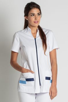 CHAQUETA VIVOS AZUL... Spa Uniform, Hotel Uniform, Dental Uniforms, Nursing Uniforms, Beautiful Nurse, Uniform Design, Medical Scrubs, Nursing Clothes, Professional Women
