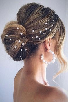 The adorable and easy to create bun hairstyles for your longer length hair are up here. Whatever look you prefer, you will find something suitable for your long hair in our collection of the bun hairstyles for sure. Curly Wedding Hair, Wedding Hairstyles For Long Hair, Wedding Hair And Makeup, Wedding Updo, Bride Hairstyles, Wedding Hair Accessories, Bridal Hair, Gown Wedding, Wedding Bride