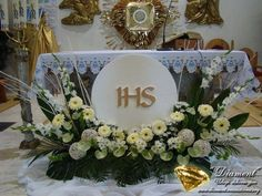 Selecting The Flower Arrangement For Church Weddings – Bridezilla Flowers Altar Flowers, Church Flower Arrangements, Church Flowers, Beautiful Flower Arrangements, Funeral Flowers, Floral Arrangements, Church Altar Decorations, Flower Decorations, Flores Do Altar