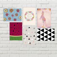 Olha que lindo que fica uma composição com os Posters mdf! E o melhor, não precisa de furos na parede! 😍 Escolhe os seus lá no site (link na bio)  .  .  .  .  #parededecorada #decoracaodeparede #paraparede #walldecor #wall #poster #moldura #semfuros #decoracao #homedecor #composicao #orna #combina #casawoo #arte #art #unicornio #unicorn #geometrico #geometric #triangulos #triangles #lardocelar #docelar #donut