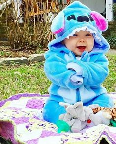 have you ever seen a cutest thing than this baby wearing a stitch costume Cute Little Baby, Cute Baby Girl, Little Babies, Cute Babies, The Babys, Baby Kostüm, Baby Kids, Stitch Baby Costume, Cute Baby Costumes