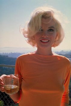 A la fin du mois de juin 1962 - début juillet 1962, Marilyn Monroe est photographiée par George Barris pour le magazine Cosmopolitan, chez...