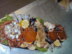 Compartiendo la mariscada que podrás degustar en el restaurante tapería O Cangrexal en La Guardia, Pontevedra.
