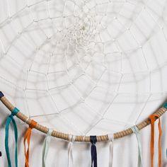 Ловец снов, Vasco  AM.PM. : цена, отзывы & рейтинг, доставка. Металлический обруч, покрытый тканью и украшенный перьями и бисером .Размеры : Д.23 x В.65 x Г0,5 см .
