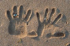 Fotos das Alianças. Inspirações: Casamento na praia Seu casamento vai ser na praia? Use o cenário a sua volta pra fazer fotos lindas.