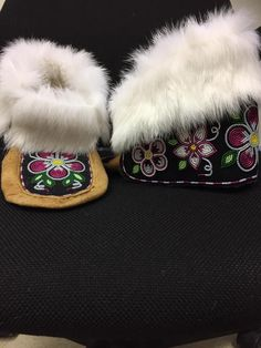 Beaded Shoes, Beaded Moccasins, Beading Ideas, Beading Projects, Native Beading Patterns, Bead Sewing, Native Design, Nativity Crafts, Native American Beading