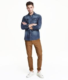 Chinos in washed cotton twill with a regular waist and ultra-slim legs. Side pockets, coin pocket, and welt back pockets with button. Skinny fit.