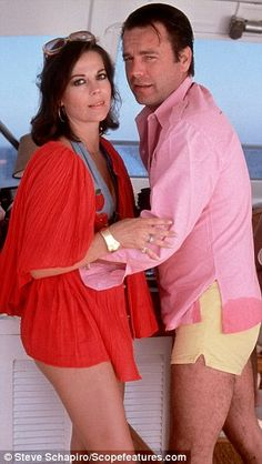Natalie Wood and her husband Robert Wagner embrace on their yacht Splendour two weeks before the tragedy. The couple married twice. First in 1957 before divorcing six years later and then again in 1972 Hollywood Couples, Vintage Hollywood, Celebrity Couples, Hollywood Glamour, Hollywood Stars, Classic Hollywood, Natalie Wood, Carole Lombard, Clark Gable