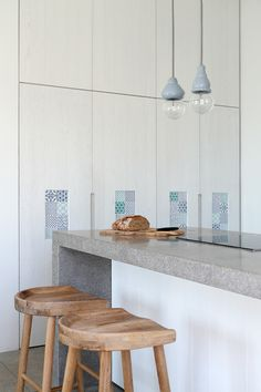 Situated in the island of Syros, this summer house hosts a family of four and their guests. In contrast to the neighboring Syros I residence, the. Kitchen Interior, Kitchen Decor, Kitchen Ideas, Modern Mediterranean Homes, Kitchen Stools, Kitchen Cupboards, Cuisines Design, Home Kitchens, Beach Kitchens