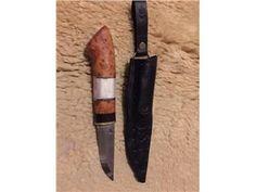 Handgjord kniv med handsmitt blad