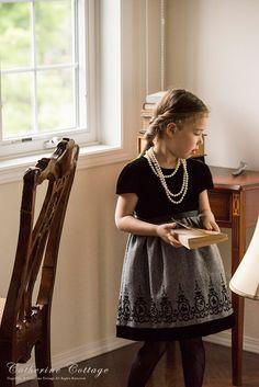 3a5359f628005 子供ドレス 発表会 アリスのフロッキープリントベロアワンピース モデル着用写真