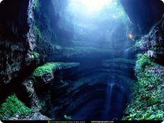 La grotte aux hirondelles (Mexique) de 400m dans laquelle on peut faire du base jump