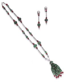 AN ART DECO EMERALD, RUBY, ONYX, DIAMOND AND PLATINUM NECKLACE WITH A PAIR OF MATCHING EAR PENDANTS