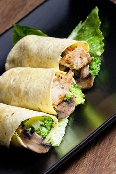 Chicken, broccoli and mushrooms wraps Finger Food Appetizers, Finger Foods, Appetizer Recipes, Cosmo Recipe, Tortilla Burrito, Fresh Rolls, Chicken Recipes, Stuffed Mushrooms, Snacks
