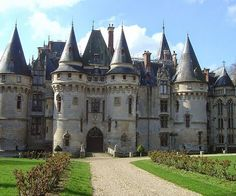 Experience the luxuries of being a medieval lord when you take up residence in the Chateau De Vigny castle. Real Castles, French Castles, Beautiful Castles, Beautiful Buildings, Beautiful Places, Chateau Medieval, Medieval Castle, Castle Ruins, Castle House