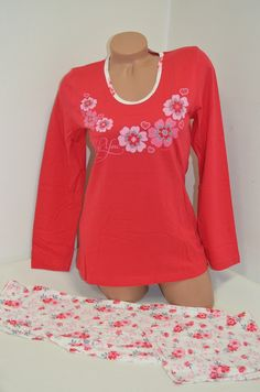 Дамска пижама изработена от памук. Горната част е в червен цвят, дълъг ръкав, обло деколте, обточено със светъл кант и нежни цветя отпред.