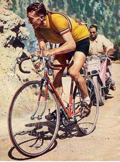 """Tour de France 1953. 18^Tappa, 22 luglio. Gap-Briançon. Col d'Izoard. Louison Bobet (1925-1983), ricolorato"""" in maglia gialla. Si tratta in realtà di un """"falso"""" (o di un errore), perché nella tappa dell'Izoard la maglia gialla la indossava Jean Malléjac (1929-2000), che la cedette al grande Louison solo al termine della frazione."""