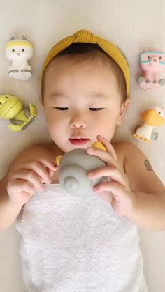 How to Baby Massage We re all about keeping our babies stoked happy and healthy. Baby Massage, Massage Bebe, Baby Pictures, Baby Photos, Funny Pictures, Baby Led Weaning, Funny Babies, Cute Babies, 6 Month Baby Picture Ideas