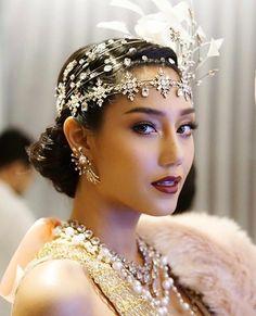 นิโคลีน มิสไทยแลนด์เวิลด์ 2018 แต่งหน้าลุค glam สวยๆ ตาคม ปากสีเข้ม Glam Makeup Look, Makeup Looks, Crystal Dress, Beauty Pageant, Headpiece, Crown, Crystals, Hair, Instagram