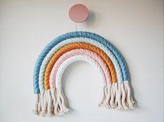 Macramé regenboog hanger maken – Een toffe eyecatcher in de kinderkamer Diy For Kids, Crafts For Kids, Diy Crafts, Macrame Wall Hanger, Baby Boy Rooms, Handmade Baby, Deco, Diy Wall, Knit Crochet
