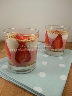 Cheesecake di fragole nel bicchiere