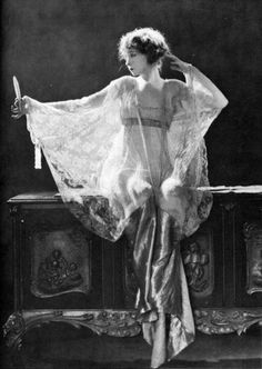 Lilian Gish, 1920 Lillian Diana Gish was an American stage, screen and television actress, director and writer whose film acting career spanned 75 years, from 1912 to Gish was called The First Lady of American Cinema Lingerie Vintage, Vintage Dior, Mode Vintage, Vintage Glamour, Vintage Beauty, Vintage Vogue, Vintage Versace, 1920s Glamour, Vintage Silver