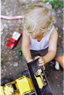 30 Outdoor Play Activities- Creative and FUN Outdoor Activities for Kids via growingajeweledrose Outdoor Activities For Kids, Summer Activities, Toddler Activities, Sensory Activities, Sensory Play, Sensory Table, Learning Activities, My Bebe, Outdoor Play