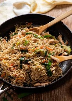 Freshly cooked Easy Chow Mein Recipe in a black skillet, ready to be served. Chinese Cooking Wine, Asian Cooking, Easy Cooking, Chinese Food, Ramen Noodle Recipes, Ramen Noodles, Noodle Soups, Asian Recipes, Asian Foods