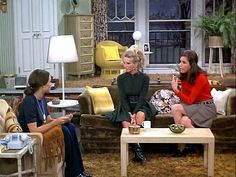 The Mary Tyler Moore Show Apartment Was the Epitome of Single Girl Cool: gallery image 5 Mary Tyler Moore Show, Single Humor, Funny Single, Beth Moore, Tv Land, Cool Apartments, Old Tv, Classic Tv, Girl Humor