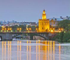 La Torre del Oro sobre el Guadalquivir. Sevilla.