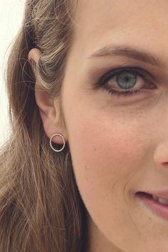 Schlicht & schön. Kreisförmige Ohrstecker aus 925er Silber. Die Ohrstecken haben einen Durchmesser von ca. 15 mm. Die Ohrstecker kommen sicher & schön verpackt zu Ihnen nach Hause.