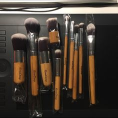 Make up brush set It's NEW!!!!! The set include a foundation, big eye shadow, high light, eye smudge, concealer, eyebrow, small eye shadow, blusher, multifunction foundation, multifunction blush, and mini kabuki brush! Makeup Brushes & Tools