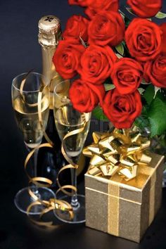 Happy Birthday Flowers And Champagne Happy Birthday Rose, Happy Birthday Wishes Cards, Birthday Roses, Happy Birthday Pictures, Beautiful Rose Flowers, Happy Anniversary, Red Roses, Champagne, Golden Roses