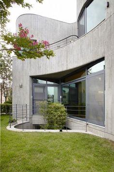 오늘 소개해드릴 주택은 독특한 디자인과 건축기술이 만든 노출콘크리트 주택입니다.집을 지을 때 건축물의 설계 디자인 뿐만 아니라 목조, 스틸 등 다양한 종류의 외벽자재에 따라서도 건축물만의 독특한 분위기를 ... Exterior Design, Interior And Exterior, Facade, My House, House Design, Mansions, Architecture, House Styles, Building