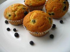 Panaacum ceva timp nu eramun mare fan al brioselor pentru ca de fiecare data cand cumparam, mi se pareau foarte uleioase. Pana intr-o zi cand mi-au facut cu ochiul intr-o revista niste briose tare dragute…cu afine. Am cumparat sfioasa o tava de briose gandindu-ma ca o sa fie doar un moft de-al meu si ca … Food Inspiration, Muffin, Cooking, Breakfast, Recipes, Blog, David, Kitchen, Morning Coffee