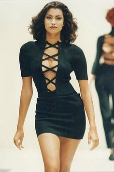 style This criss cross dress 45 Runway Looks From The That Should Make A Comeback Fashion Models, High Fashion, Fashion Show, Fashion Trends, Black 90s Fashion, Uk Fashion, Fashion 2020, London Fashion, Trendy Fashion
