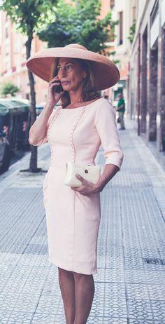 el en a que el entonado1 Royal Dresses, Mob Dresses, Dresses For Work, Posh Clothing, Mature Women Fashion, Races Fashion, Wedding Hats, Groom Dress, Modest Fashion