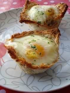 French egg bread nests with cheese and cream. Petits nids de pain de mie  #recette #oeufcocotte #facile